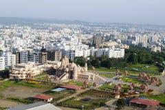 Εναέρια άποψη ναών Swaminarayan από το λόφο, Pune, Maharashtra, Ινδία στοκ εικόνες