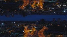 Εναέρια άποψη νύχτας μιας μεγάλης πόλης και όμορφων φω'των, έννοια ζωής νύχτας, επίδραση οριζόντων καθρεφτών μέσα Εικονική παράστ απόθεμα βίντεο