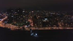 Εναέρια άποψη νύχτας σχετικά με το πανόραμα των megapolis κατάπληξης με τα φω'τα στα παράθυρα των υψηλών κτηρίων απόθεμα βίντεο