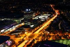 Εναέρια άποψη νύχτας της σύγχρονης πόλης με την οδική διατομή κύκλων στοκ εικόνες