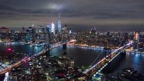 Εναέρια άποψη νύχτας του Μανχάταν, πόλη της Νέας Υόρκης κτήρια ψηλά Timelapse dronelapse φιλμ μικρού μήκους