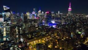 Εναέρια άποψη νύχτας του Μανχάταν, πόλη της Νέας Υόρκης κτήρια ψηλά Timelapse dronelapse απόθεμα βίντεο