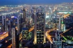 Εναέρια άποψη νύχτας των ουρανοξυστών του World Trade Center του Ντουμπάι Στοκ Εικόνες