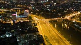 Εναέρια άποψη νύχτας TimeLapse της ζωηρόχρωμης και δονούμενης εικονικής παράστασης πόλης Vo Van Kiet της οδού απόθεμα βίντεο