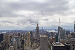 Εναέρια άποψη οριζόντων πόλεων της Νέας Υόρκης στη νεφελώδη ημέρα με τους ουρανοξύστες Στοκ Εικόνες