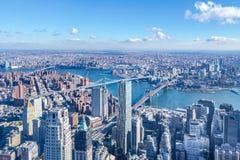 Εναέρια άποψη οριζόντων του Μανχάταν με τους ουρανοξύστες, τον ανατολικό ποταμό, τη γέφυρα του Μπρούκλιν και τη γέφυρα του Μανχάτ Στοκ Φωτογραφία