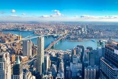 Εναέρια άποψη οριζόντων του Μανχάταν με τους ουρανοξύστες, τον ανατολικό ποταμό, τη γέφυρα του Μπρούκλιν και τη γέφυρα του Μανχάτ Στοκ φωτογραφία με δικαίωμα ελεύθερης χρήσης