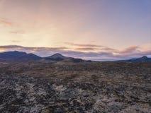 Εναέρια άποψη πέρα από έναν δύσκολο τομέα λάβας στην Ισλανδία στην ανατολή Στοκ φωτογραφίες με δικαίωμα ελεύθερης χρήσης