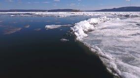 Εναέρια άποψη πέρα από την επιφάνεια του ποταμού και του ραγισμένου πάγου απόθεμα βίντεο