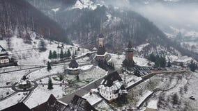 Εναέρια άποψη πέρα από την ξύλινη εκκλησία σε Ieud, Maramures απόθεμα βίντεο