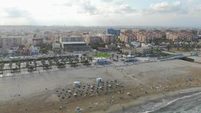 Εναέρια άποψη πέρα από την παραλία στη Βαλένθια, Ισπανία Κηφήνες πτήσης πέρα από την παραλία στη Βαλένθια Άποψη της πόλης τουριστ φιλμ μικρού μήκους