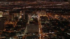 Εναέρια άποψη πέρα από την πόλη του Λας Βέγκας τή νύχτα - ΗΠΑ 2017 απόθεμα βίντεο