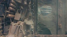 Εναέρια άποψη πέρα από τη βιομηχανοποιημένη πόλη με την ατμόσφαιρα αέρα και τη ρύπανση νερού ποταμού από τις μεταλλουργικές εγκατ απόθεμα βίντεο