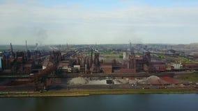 Εναέρια άποψη πέρα από τη βιομηχανοποιημένη πόλη με την ατμόσφαιρα αέρα και τη ρύπανση νερού ποταμού από τις μεταλλουργικές εγκατ φιλμ μικρού μήκους