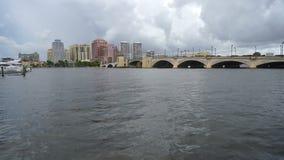 Εναέρια άποψη πέρα από τη γέφυρα και την προκυμαία Palm Beach Φλώριδα καναλιών φιλμ μικρού μήκους