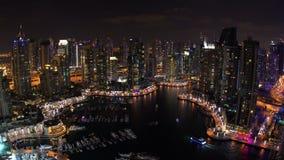 Εναέρια άποψη πέρα από τη μαρίνα του Ντουμπάι, στο σούρουπο, απόθεμα βίντεο