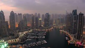Εναέρια άποψη πέρα από τη μαρίνα του Ντουμπάι στο σούρουπο απόθεμα βίντεο