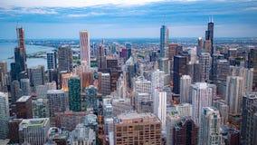Εναέρια άποψη πέρα από το Σικάγο το βράδυ - φωτογραφία οδών στοκ εικόνες