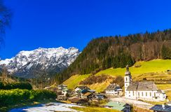 Εναέρια άποψη πέρα από το τοπίο βουνών των Άλπεων από το χωριό Ramsa στοκ φωτογραφίες