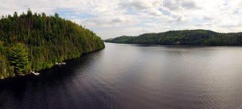 Εναέρια άποψη πανοράματος ενός μεγάλου ποταμού στοκ εικόνα με δικαίωμα ελεύθερης χρήσης