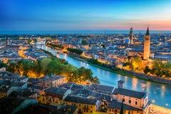 Εναέρια άποψη πανοράματος ηλιοβασιλέματος της Βερόνα Ιταλία blue hour στοκ εικόνα