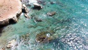 Εναέρια άποψη παραλιών Πέταγμα πέρα από την ακτή o Μεσόγειος και η ακτή Κύπρος Θέρετρο πόλεων Πυροβολισμός απόθεμα βίντεο