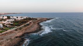 Εναέρια άποψη παραλιών Πέταγμα πέρα από το νησί o Μεσόγειος και η ακτή Κύπρος Θέρετρο πόλεων Κηφήνας απόθεμα βίντεο