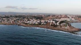 Εναέρια άποψη παραλιών Πέταγμα πέρα από το νησί o Μεσόγειος και η ακτή Κύπρος Θέρετρο πόλεων Πυροβολισμός απόθεμα βίντεο