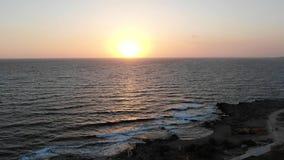 Εναέρια άποψη παραλιών Πέταγμα πέρα από το νησί o Μεσόγειος και η ακτή Κύπρος Θέρετρο πόλεων Κηφήνας φιλμ μικρού μήκους