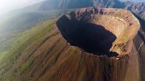 Εναέρια άποψη, πλήρης κρατήρας του ηφαιστείου Βεζούβιος, Ιταλία, Νάπολη, επικό μήκος σε πόδηα ηφαιστείων από το ύψος φιλμ μικρού μήκους