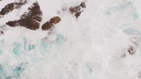 Εναέρια άποψη - πολύς αφρός θάλασσας κοντά στην ακτή ηφαιστειακής προέλευσης Ατλαντικός Ωκεανός, Ισπανία απόθεμα βίντεο