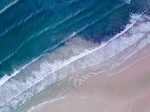 Εναέρια άποψη που κοιτάζει κάτω σε μια ουαλλέζικη παραλία στο UK Στοκ φωτογραφία με δικαίωμα ελεύθερης χρήσης