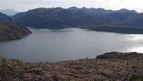 Εναέρια άποψη - που πετά από έναν απότομο βράχο και μια λίμνη φιλμ μικρού μήκους