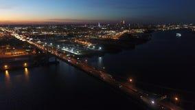 Εναέρια άποψη που πετά μέσω της νότιας Φιλαδέλφειας προς την κεντρική πόλη τη νύχτα φιλμ μικρού μήκους
