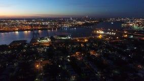 Εναέρια άποψη που πετά μέσω της νότιας Φιλαδέλφειας προς την κεντρική πόλη τη νύχτα απόθεμα βίντεο