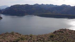Εναέρια άποψη - που πετά πέρα από έναν απότομο βράχο και μια λίμνη φιλμ μικρού μήκους