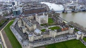 Εναέρια άποψη που πετά πέρα από το Hill πύργων στο Λονδίνο 4K Στοκ Φωτογραφίες