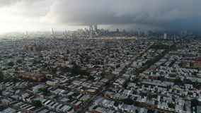 Εναέρια άποψη που πετά προς τη νεφελώδη ημέρα της Φιλαδέλφειας κεντρικών πόλεων φιλμ μικρού μήκους