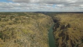 Εναέρια άποψη που πλησιάζει στον απότομο βράχο Duero στον ποταμό, Ισπανία φιλμ μικρού μήκους