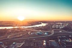 Εναέρια άποψη πτήσης κηφήνων αυτοκινητόδρομων της πολυάσχολης πόλεων εθνικής οδού κυκλοφοριακής συμφόρησης ώρας κυκλοφοριακής αιχ στοκ εικόνα