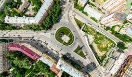 Εναέρια άποψη πόλεων με τα σταυροδρόμια και τους δρόμους, τα σπίτια, τα κτήρια, τα πάρκα και τους χώρους στάθμευσης Ηλιόλουστη θε Στοκ εικόνες με δικαίωμα ελεύθερης χρήσης