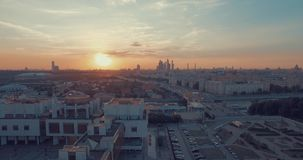 Εναέρια άποψη πόλεων στο ηλιοβασίλεμα φιλμ μικρού μήκους