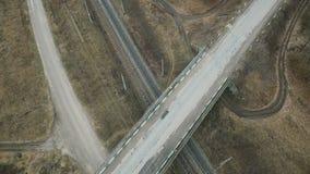 Εναέρια άποψη: πλησιάζοντας στη γέφυρα, το έδαφος με τους τομείς και τη διαδρομή απόθεμα βίντεο