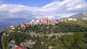 Εναέρια άποψη Σορέντο, Meta στην Ιταλία σε μια όμορφη θερινή ημέρα, δρόμος βουνών γύρου ταξιδιού έννοιας στοκ εικόνες