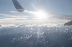 Εναέρια άποψη στα βουνά και το φτερό αεροπλάνων με το sunflare Στοκ Φωτογραφίες