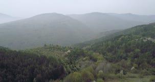 Εναέρια άποψη στα βουνά με την υδρονέφωση στο υπόβαθρο απόθεμα βίντεο