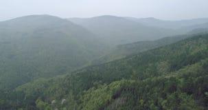 Εναέρια άποψη στα βουνά με την υδρονέφωση στο υπόβαθρο φιλμ μικρού μήκους
