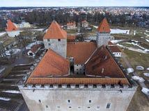 Εναέρια άποψη στις στέγες και τους πύργους Kuressaare Castle Μεσαιωνική οχύρωση στο νησί Saaremaa, Εσθονία, Ευρώπη Στοκ φωτογραφία με δικαίωμα ελεύθερης χρήσης