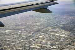 Εναέρια άποψη στο κέντρο της πόλης, άποψη από το κάθισμα παραθύρων σε ένα αεροπλάνο στοκ εικόνες
