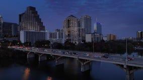 Εναέρια άποψη σχεδιαγράμματος της κυκλοφορίας στη γέφυρα λεωφόρων συνεδρίων του S στο σούρουπο απόθεμα βίντεο